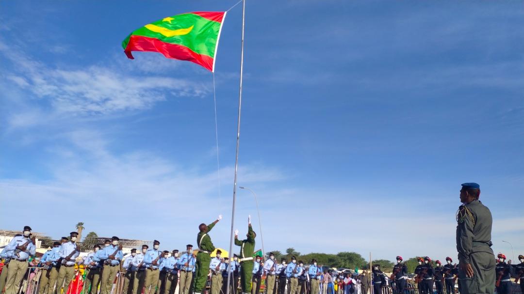 عناصر من الدرك يرفعون العلم الوطني