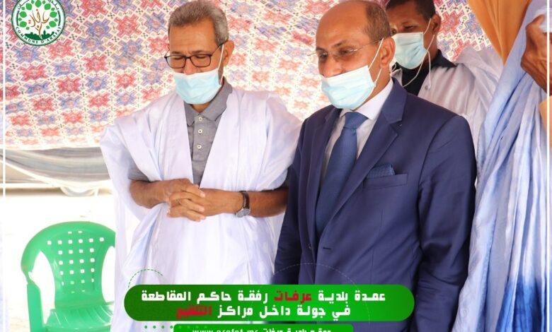 صورة عرفات: العمدة والحاكم يتفقدان مراكز التلقيح ضد كوفيد19